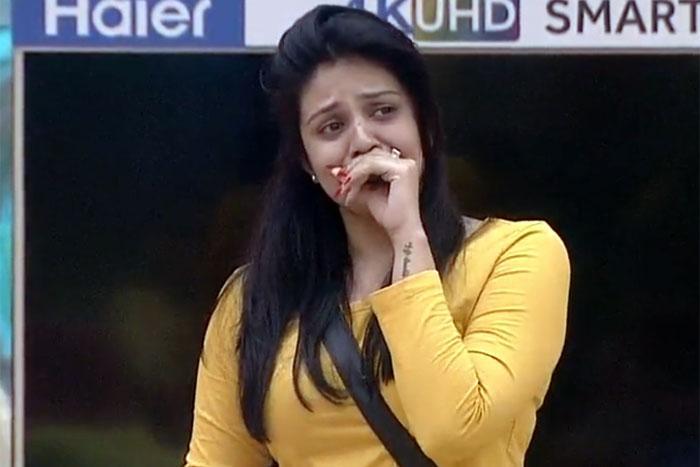 sreemukhi-bigg-boss-crying