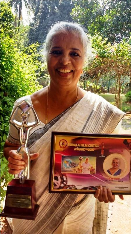 Rajini-Chandy-with-Her-Award-biggboss