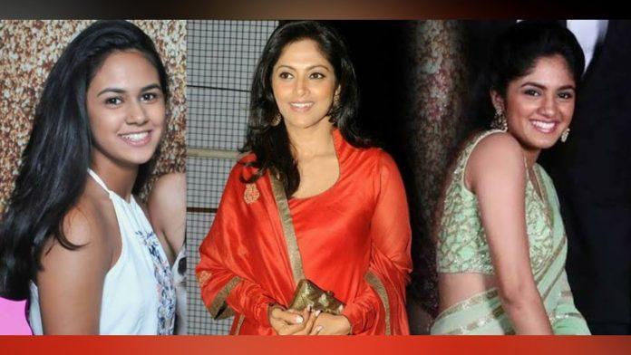 Nadhiya with daughters Christmas 2020