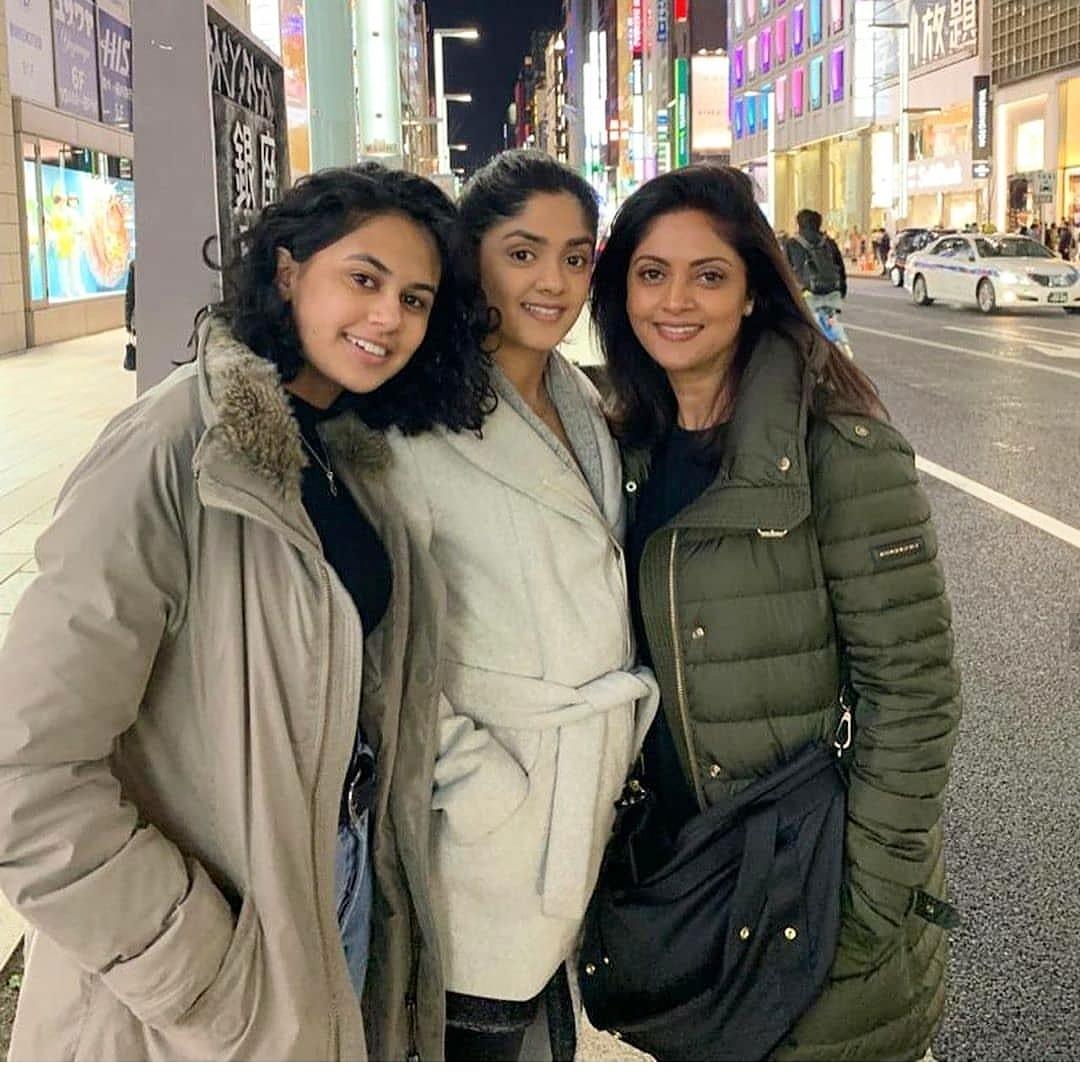 Nadhiya with daughters