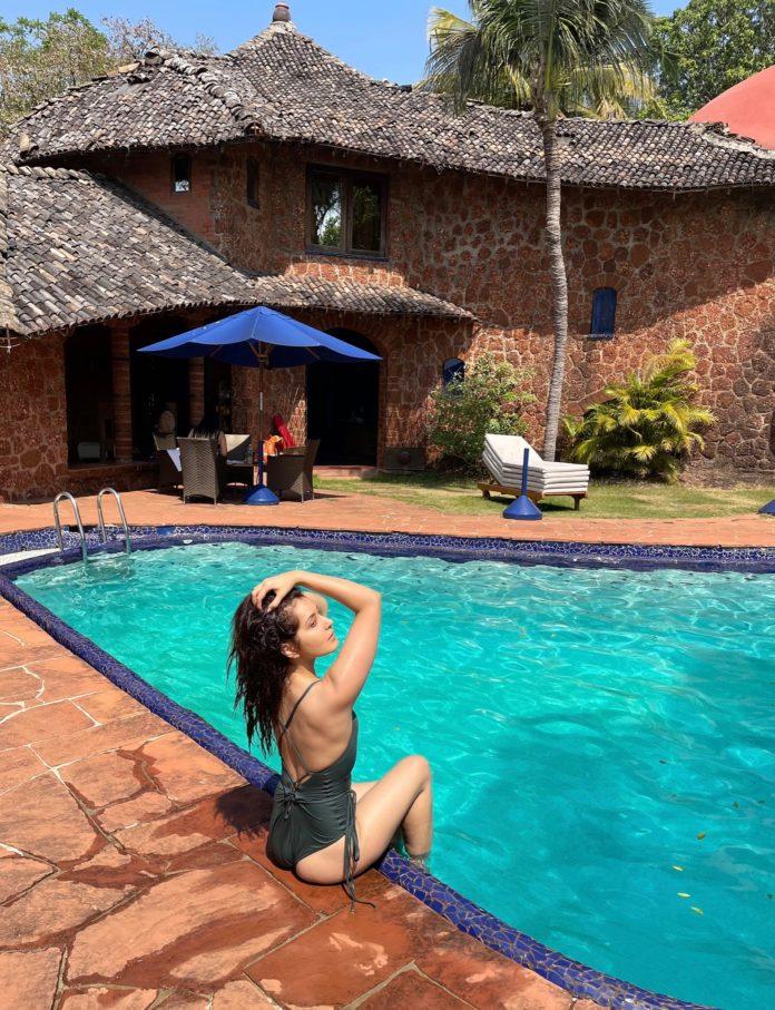 Raashi Khanna Bikini